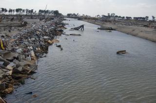 江戸時代初期に通船のため、仙台の沿岸に開削された貞山堀は、津波の引潮でその海側の岸に瓦礫が集中した