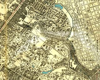 1:10000地形図「三田」の一部。図の真中、斜めに3つの谷が刻まれ、右下の青山墓地下に流下するのは、渋谷川(古川)支流の笄川。真中やや右下寄りに「脳病院」とある。