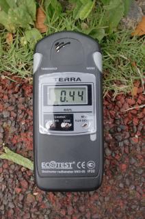 スイッチをオンすると、アラームが鳴りだすこの線量。1.5mの空中線量は0.28μSV